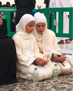 ابنة حاكم دبي مع والدتها في «العمرة» 3