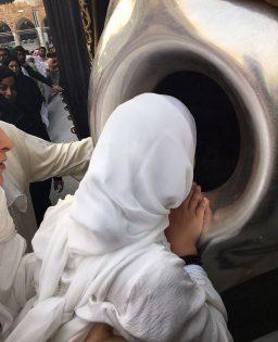 ابنة حاكم دبي مع والدتها في «العمرة» 4