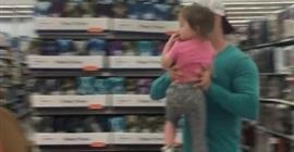 شاهد.. أب يتخلص من ابنته بطريقة صادمة داخل متجر! - المواطن