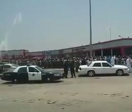 احتجاج عمالة لتأخر رواتبهم بجدة