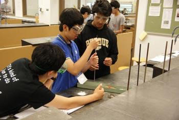 احدى التجارب العلمية يقوم بها الطلاب