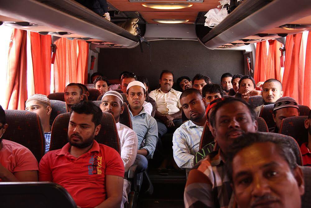 احدى الجاليات المسلمة اثناء رحلة العمرة