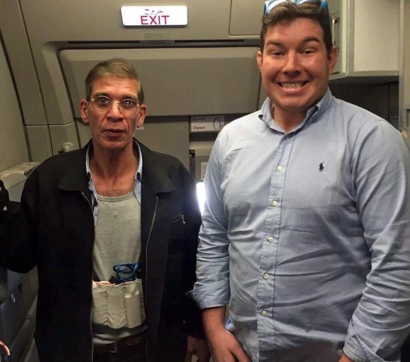 احد ركاب الطائرة المصرية يلتقط سيلفي مع مختطف الطائرة المصرية قبرص