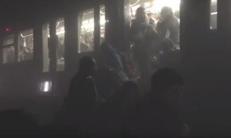 اخراج ركاب من قطار بمحطة مترو بروكسل بعد التفجير الارهابي