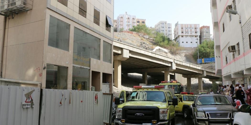 إخلاء 152 مُعْتَمِراً وإصابة آخرين في حريق فندق بمكة