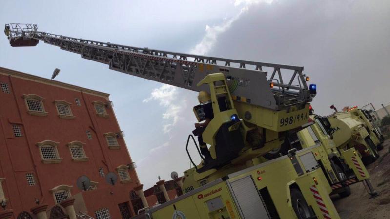 اخماد حريق بمستودع داخل عماره سكنية بالشرقية (1)
