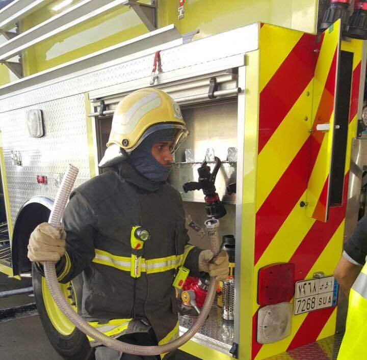 اخماد حريق بمستودع داخل عماره سكنية بالشرقية (3)