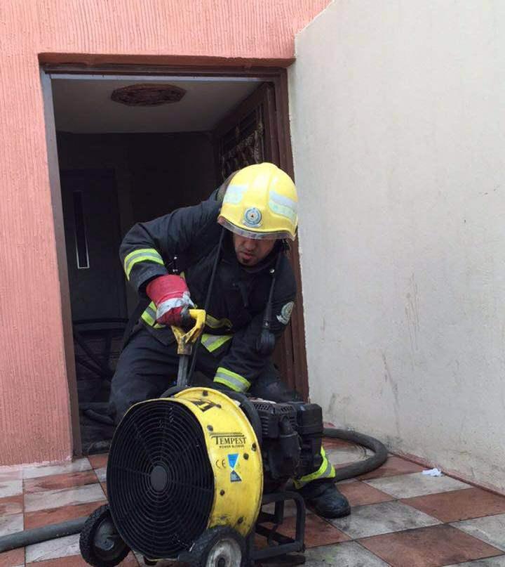 اخماد حريق بمستودع داخل عماره سكنية بالشرقية (5)