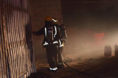 اخماد حريق بمعمل احدى الشركات في رفحاء