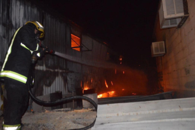 اخماد حريق بمعمل احدى الشركات في رفحاء3