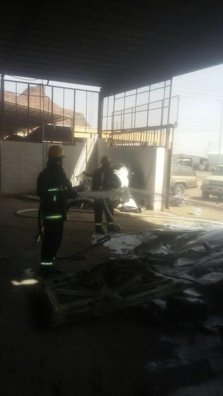 اخماد حريق بورشة سيارات بالعلا دون إصابات  (1)