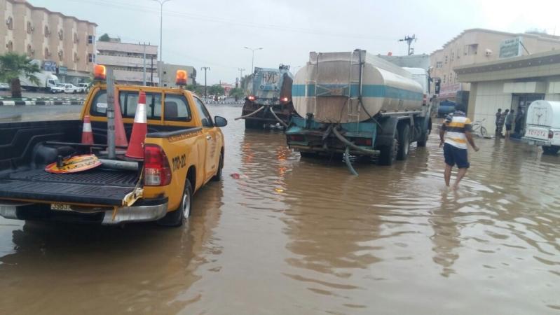 ادارة الطرق بجازان تواصل جهودها في الصيانة بعد الأمطار (3)