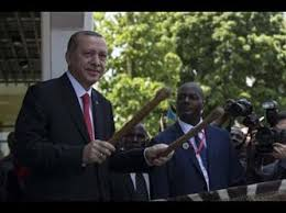 شاهد.. أردوغان يقرع الطبول تحية للمواطنين التنزانيين