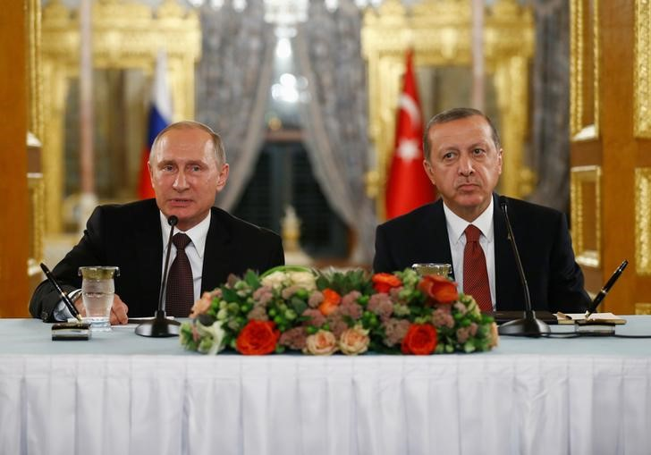 الرئيسان التركي رجب طيب إردوغان (يمينا) والروسي فلاديمير بوتين في مؤتمر صحفي مشترك في اسطنبول يوم 10 أكتوبر تشرين الأول 2016. تصوير: عثمان أورسال - رويترز.