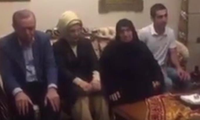 اردوغان يتلو القران بمنزل احد الشهداء