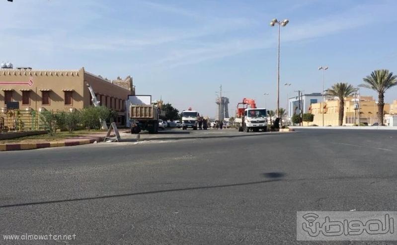 ازالة تعديات رجل اعمال على طريق عام في خميس مشيط