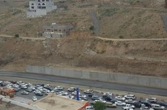 """بالفيديو والصور.. ازدحام على طريق السودة والسبب تعثُر مشروع """"المزدوج"""" - المواطن"""