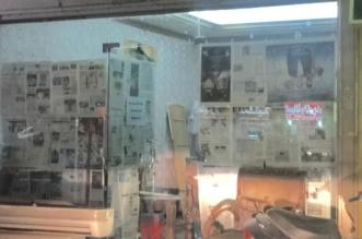 عمالة تستخدم ورق الصحف لتغطية واجهات محالات للتحسينات في الرياض - المواطن
