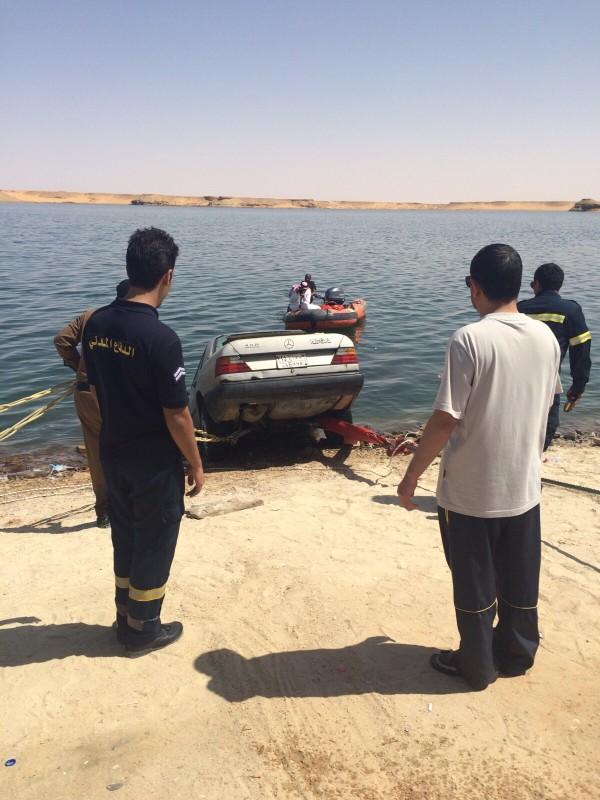 استخرج رجال الإنقاذ سيارة من بحيرة (2)