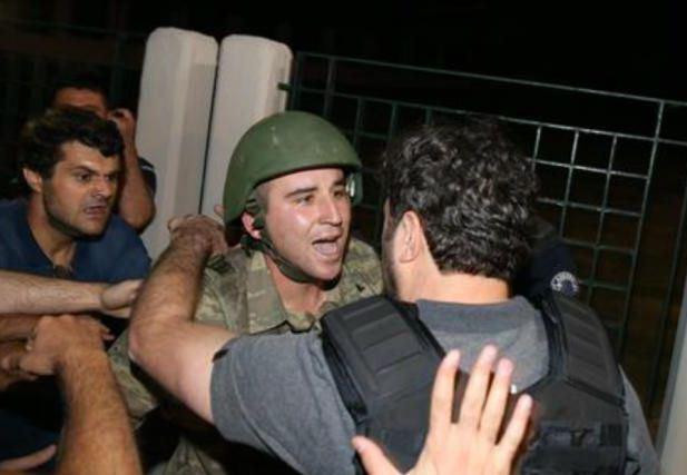 استسلام عناصر انقلابية انقلاب تركيا مقر انقرة
