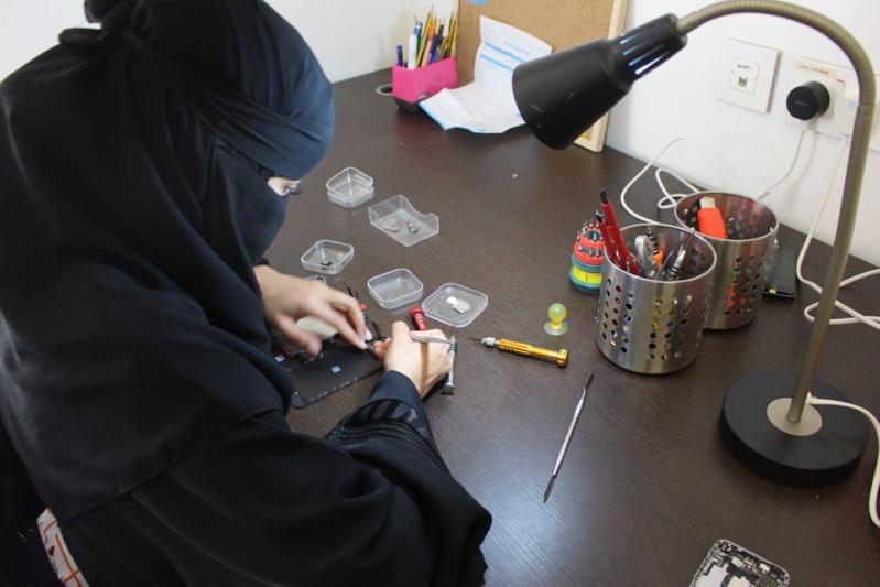 استطاعت المرأة السعودية إثبات كفاءتها في صيانة أجهزة الجوالات