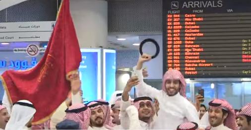 استقبال الشاعر الحميديني في مطار الكويت
