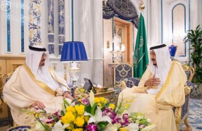 استقبال الملك سلمان يتسلم الرسالة من ملك البحرين