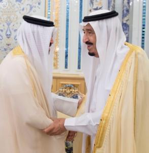 استقبال الملك سلمان يتسلم الرسالة من ملك البحرين1
