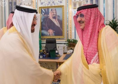 استقبال الملك سلمان يتسلم الرسالة من ملك البحرين3