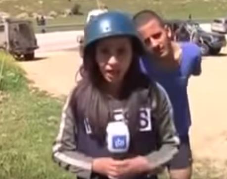 اسرائيلي يستفز مراسلة فلسطينية على الهواء (1)