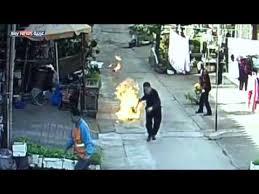شاهد.. رجل يسحب أسطوانة غاز مشتعلة لإنقاذ سكان منطقته