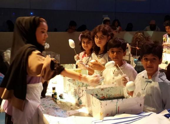 اطفال يرسمون بالماء