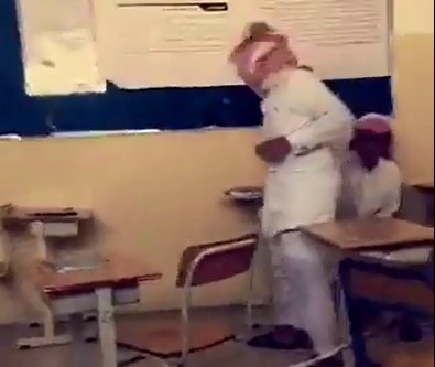 اطفال يعبثون داخل الفصل في وجود المعلم