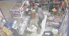اعتداء لص على مسن لسرقة متجره