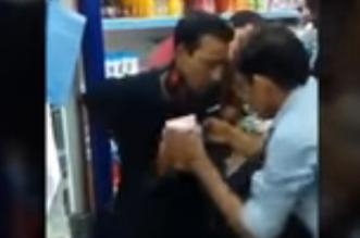 بالفيديو: شاهد ماذا فعل العمال بمندوب شركة ضبطوه يسرق كرز دخان من البقالة! - المواطن
