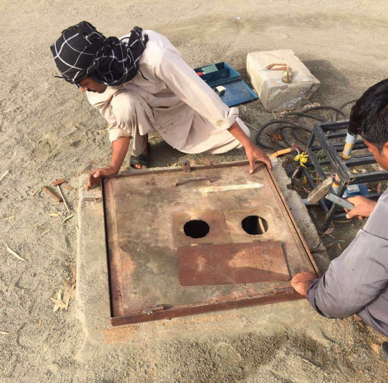 اغلاق فتحات غرف الصرف الصحي بمنتزه الميراث السياحي بخميس مشيط (10)
