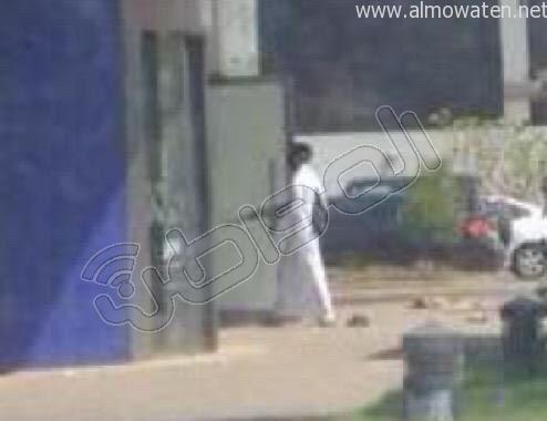 """"""" المواطن"""" تنشر لقطات لـ #مسلح_يهاجم_بنك_الراجحي_جازان  - المواطن"""