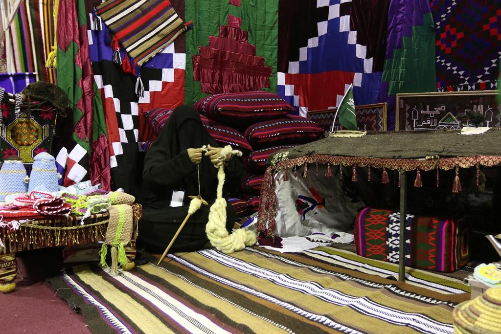اكبر سوق سعودي للأسر المنتجة بمهرجان الزيتون بالجوف (13)