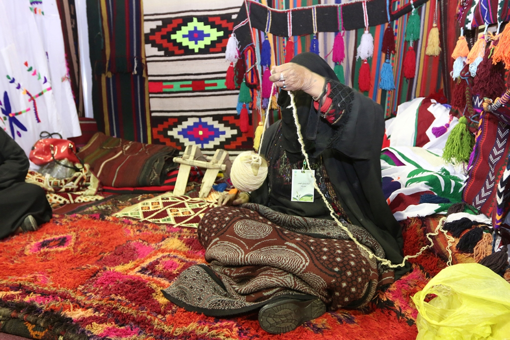 اكبر سوق سعودي للأسر المنتجة بمهرجان الزيتون بالجوف (15)