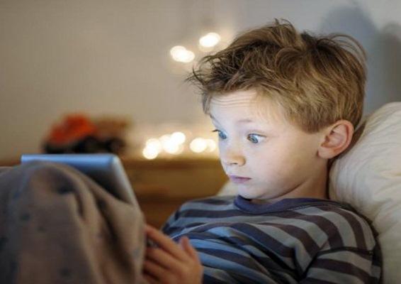 الأجهزة الذكية تضر بعيون الأطفال