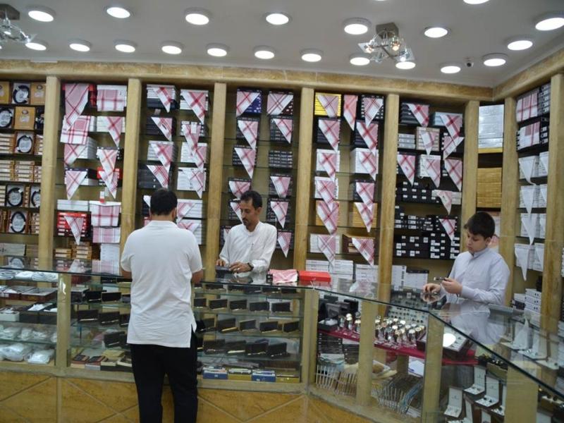 الأسعار تتسبب في ركود حاد بأسواق الملابس الرجالية (491387632) 
