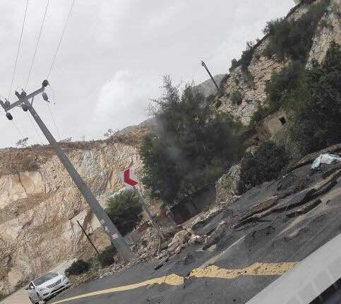 الأمطار تسبب انهيارات بطريق عنكة النجدين (1)