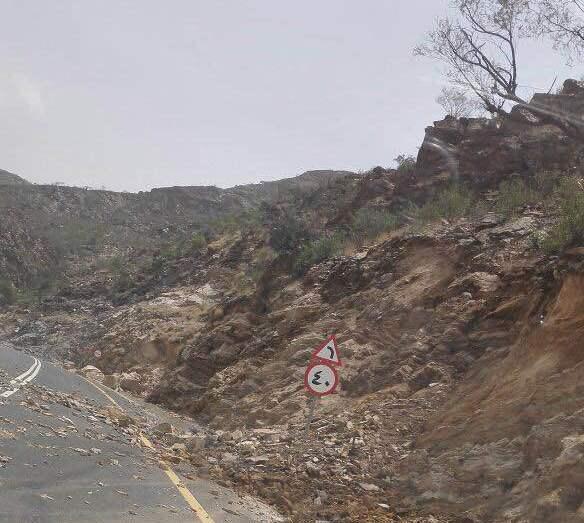 الأمطار تسبب انهيارات بطريق عنكة النجدين (4)