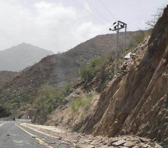 الأمطار تسبب انهيارات بطريق عنكة النجدين (7)