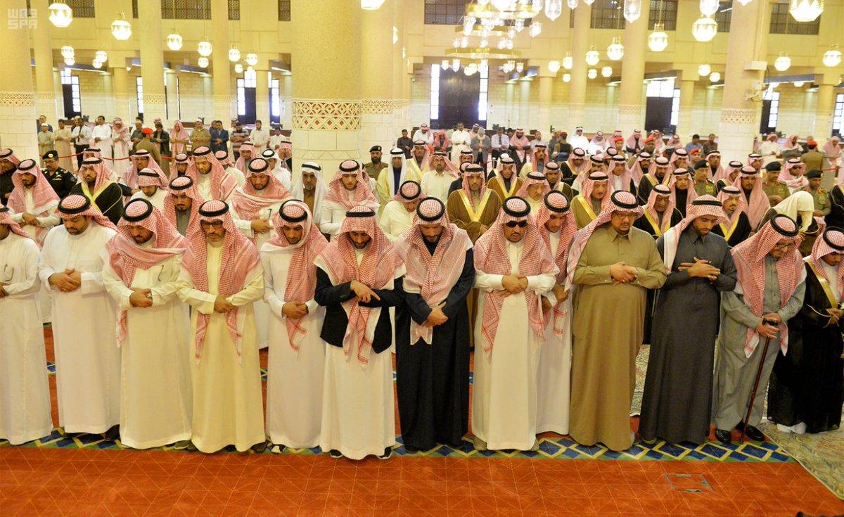الأميران مقرن وفيصل بن بندر يتقدمان المصلين على الأميرة البندري بنت ناصر - المواطن