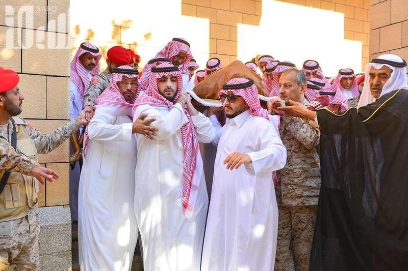 الأمير اللواء فهد بن تركي بن عبدالعزيز عاد من الحد الجنوبي بلباسه العسكري لحضور جنازة والده 3
