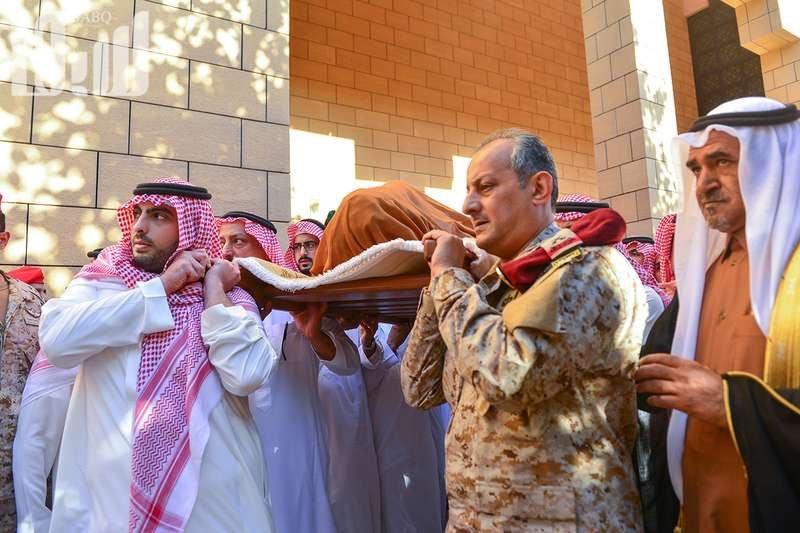 الأمير اللواء فهد بن تركي بن عبدالعزيز عاد من الحد الجنوبي بلباسه العسكري لحضور جنازة والده