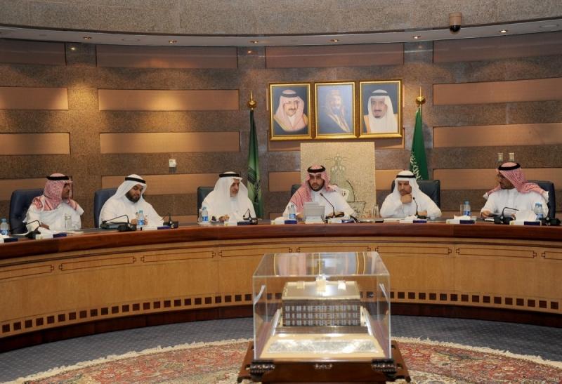 الأمير تركي بن محمد بن فهد ومدير جامعة المؤسس خلال الزيارة