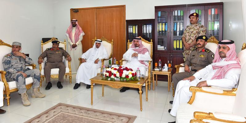 الأمير جلوي مع عدد من مسؤولي القطاعات العسكرية بشروره