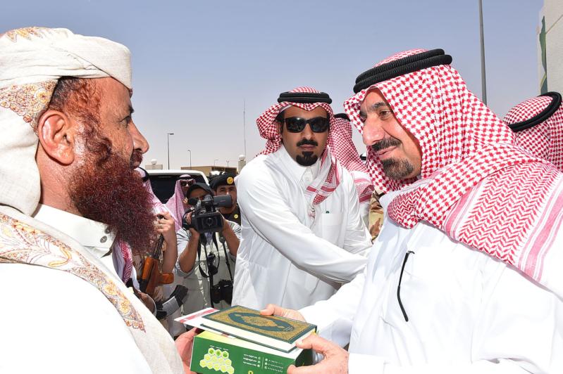 الأمير جلوي يسلم حاجا يمنيا هديه